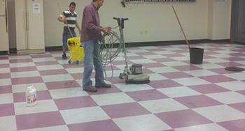 2 personer some efterbehandler gulv i Skive efter aftale